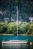 Bateau à voile dans le Walensee Photo libre de droits