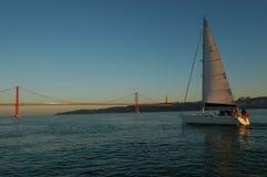 Bateau à voile de Lisbonne et 25 De Abril Bridge, le Tage Photos stock