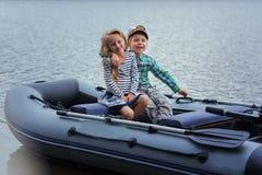 Bateau à voile de meilleur ami du ` s de fille et de garçon sur le lac par jour d'été Photo stock