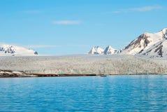Bateau à voile devant le glacier dans le Svalbard, arctique Photo libre de droits