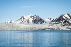 Bateau à voile devant le glacier dans le Svalbard, arctique Images libres de droits