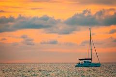 Bateau à voile en coucher du soleil et mer calme Nuages et fond coloré de ciel images libres de droits