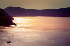Bateau à voile isolé dans l'immensité de la mer Égée, Santorini photo stock