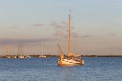 Bateau à voile néerlandais traditionnel ancré près du port Photos stock