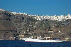 Bateau à voile outre de la côte de Santorini Photos stock
