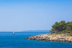 Bateau à voile près au littoral de l'île croate Rab Photo stock