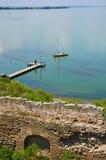 Bateau à voile près d'un pilier Vue de forteresse d'Akkerman Photo libre de droits