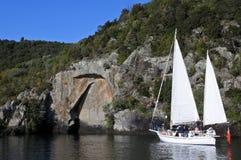Bateau à voile près de Maori Rock Carving au lac Taupo Nouvelle-Zélande Photographie stock libre de droits