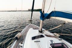 Bateau à voile simple sur le lac dans l'heure d'été Photo libre de droits