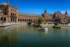 Bateau à voile supérieur de couples dans le canal Plaza de Espana, Séville, image libre de droits