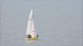 Bateau à voile sur l'océan clips vidéos