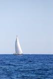 Bateau à voile sur la mer Image stock