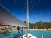 Bateau à voile sur la plage en Sardaigne Photos stock