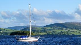 Bateau à voile sur le lac Derg, Irlande Photos libres de droits