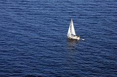 Bateau à voile sur le méditerranéen en Majorque Photo libre de droits
