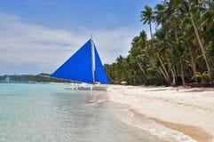 Bateau à voile traditionnel de paraw sur la plage blanche photo libre de droits