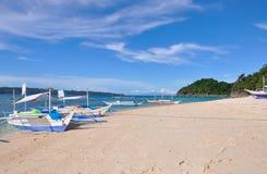 Bateau à voile traditionnel de paraw sur la plage blanche images libres de droits