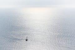 Bateau à voile à une mer ouverte images stock