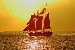 Bateau à voiles au coucher du soleil Images libres de droits