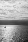 Bateau à voiles avec le coucher du soleil Photo libre de droits