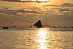 Bateau à voiles contre le beau coucher du soleil à Boracay images stock