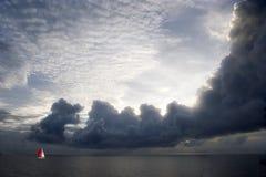 Bateau à voiles dans la distance Photos libres de droits