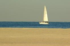 Bateau à voiles dans le compartiment de Golfe Images libres de droits