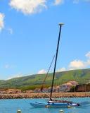 Bateau à voiles dans le port de Praia Images stock