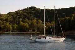 Bateau à voiles dans Skorpios, mer de Lefkada, Grèce Images stock