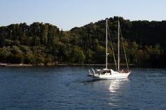 Bateau à voiles dans Skorpios, mer de Lefkada, Grèce Photo stock