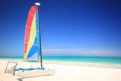Bateau à voiles de catamaran sur la plage Photographie stock libre de droits
