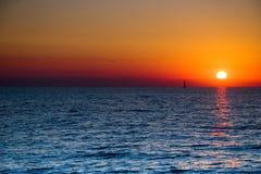 Bateau à voiles de coucher du soleil Images stock