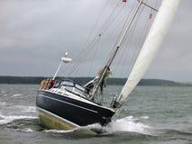 Bateau à voiles de yacht dans une voile de l'hiver Photos libres de droits