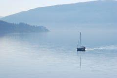 Bateau à voiles en brouillard. Image libre de droits