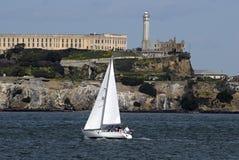 Bateau à voiles et Alcatraz Photographie stock