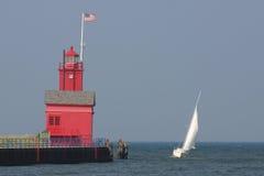 Bateau à voiles et grand phare rouge Photographie stock libre de droits