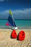 Bateau à voiles et kayaks Photographie stock