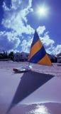 Bateau à voiles et rayon de soleil d'île de caïman Images stock