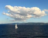Bateau à voiles isolé (Croatie) Image libre de droits