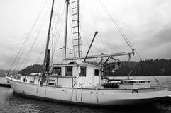 Bateau à voiles noir et blanc accouplé dans le port Photos libres de droits