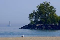 Bateau à voiles par Beach Coastline Photographie stock libre de droits