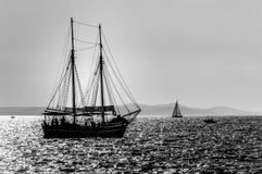 Bateau à voiles sur la mer Image libre de droits