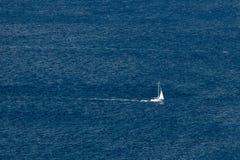 Bateau à voiles sur la mer ouverte Photographie stock libre de droits