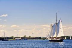 Bateau à voiles sur le compartiment de Narragansett Image libre de droits