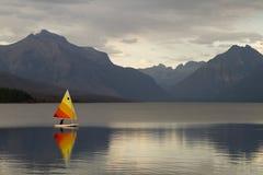 Bateau à voiles sur le lac McDonald Images libres de droits