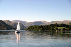 Bateau à voiles sur Ullswater Images libres de droits