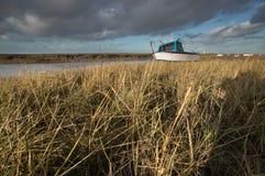 Bateau échoué à marée basse Photos stock