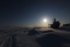 Bateau échoué sur la neige Photographie stock libre de droits