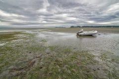Bateau échoué sur la plage de Rathtrevor un jour nuageux images libres de droits