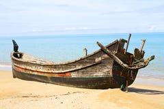 Bateau échoué sur une plage en Asie Image libre de droits